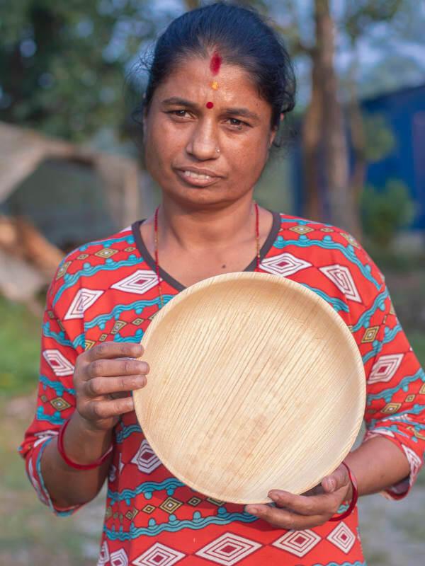 Person mit nachhaltigem Palmblattteller Hari Maya - 25cm