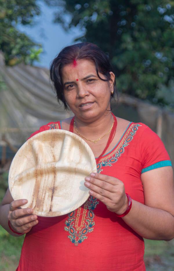 Person mit nachhaltigem Palmblattteller Durga Maya - 28cm