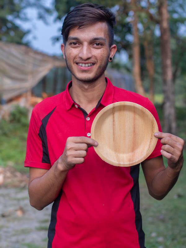Person mit Teller aus Palmblatt Ramesh - 20cm