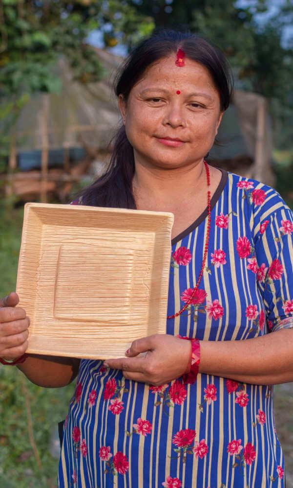 Person mit nachhaltigem Palmblattteller Kabita - 25cm